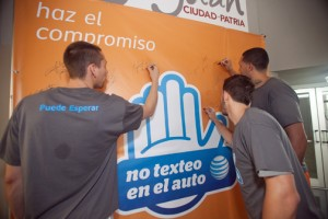 "Members of the Cangrejeros basketball team make their pledge to the ""It can wait"" movement."