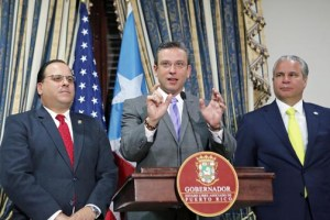 From left: House Speaker Jaime Perelló, Gov. García-Padilla, and Economic Development and Commerce Secretary Alberto Bacó, during the press conference at La Fortaleza. (Credit: Jorge Santiago/La Fortaleza)
