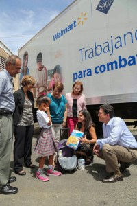 Walmart Puerto Rico Regional Manager Jaime Fernández, kneeling, during the donation that took place recently.