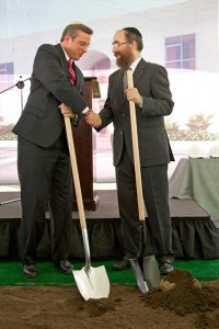 Gov. García-Padilla and Rabi Mendel Zarchi break ground on the new center.