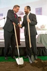Gov. García-Padilla and Rabi Mendel Zarchi break ground on the new center.