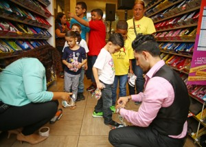 Arthur Asseo, director of operations for Payless ShoeSource Puerto Rico talks to the kids during a ceremony at the retailer's Plaza Las Américas store.