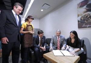 From left: Gov. García-Padilla, a Waffler Avenue employee, Labor Secretary Vance Thomas, Rey Ramón and Sally López-Martínez.