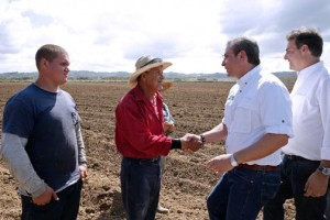 Gov. García-Padilla, right, greets farmers during his visit to Aguada to announce the start of a sugarcane harvesting project.
