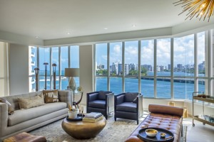 The Bahía Plaza building features apartments with high-end finishes, 24-hour concierge service, valet parking, a full gym, and security, among other amenities.