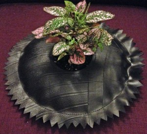 This flower pot is an example of the creativity of an artist who gave an old car tire a new life.