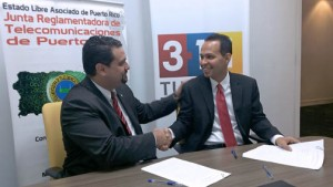 From left: TRB President Javier Rúa-Jovet and 3-1-1 Executive Director Roberto Maldonado-Fuentes seal the inter-agency agreement Wednesday.