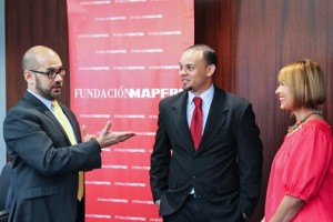From left: José Orlando Rivera, dean of the Polytechnic's School of Management and Entrepreneurship, student Kenneth Ortíz-Scott, and Iraida Meléndez, vice president of communications and marketing, social responsibility and corporate relations for MAPFRE Puerto Rico.