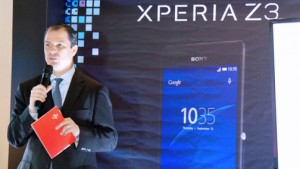 Claro President Enrique Ortiz de Montellano presents the new Sony smartphones.