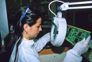 Intel employee Giselle Vargas inspects microchips for flaws at Intel's San José factory. (Credit: Larry Luxner)