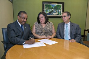 From left: Nelson Colón-Tarrats, executive president of the Puerto Rico Community Foundation, Vannessa Piñeiro, manager of Banco Popular's Community Reinvestment division and Manuel de Llovio, manager of Popular's Market Operations, during the signing of the funding agreement.