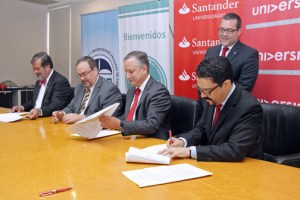From left (seated): Private Universities Association President Jorge Vélez-Arocho; Education Council  President Ricardo Aponte-Parsi; Banco Santander President Fredy Molfino, and Universia Puerto Rico Director José Miguel Justel sign the the agreement.