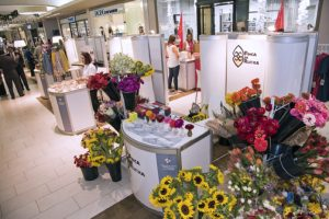The entrepreneurs harvest unique and unusual flowers on their farm and seek to have them available for sale to customers of Plaza Las Américas in the freshest way possible.