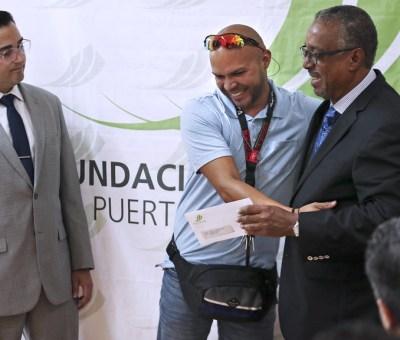 From left, Frankie Miranda, senior vice president of the Hispanic Federation, student Jonuel J. Valderrama and FCPR President Nelson Colón-Tarrats.