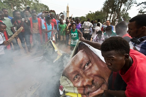 Student supporters of opposition leader Kizza Besigye burn posters of Museveni, Kampala, Uganda, Feb. 15, 2016