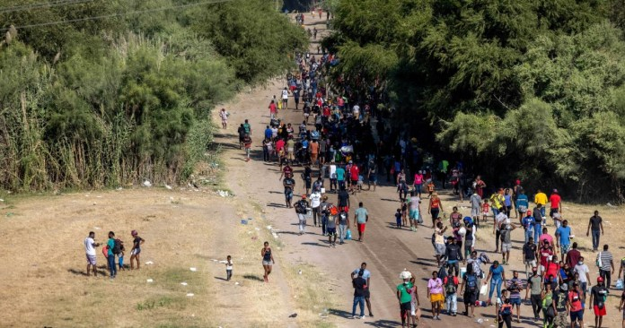 https://i2.wp.com/newsmakerslive.com/wp-content/uploads/2021/09/31296/biden-decides-haitian-migrants-at-us-mexico-border-will-promptly-be-sent-home.jpg?resize=696%2C366