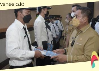 Wali Kota Gorontalo, Marten Taha menyerahkan buku panduan bagi para calon PNS formasi tahun 2019 di Lingkup Pemkot. (istimewa/nn)