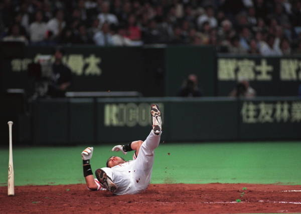 頭に投球を受けて倒れる巨人清原和博
