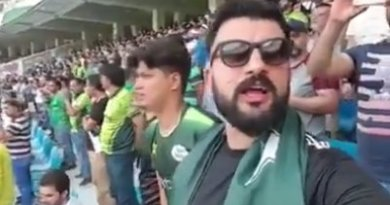भारत-पाकिस्तान का मैच शुरु होने से एक पाकिस्तानी फैन ने जोर-जोर से भारत का राष्ट्रगान गाया