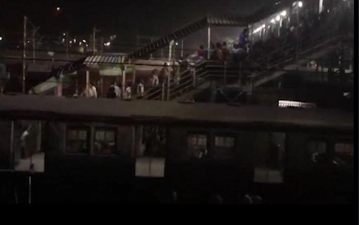 हावड़ा के संतरागाछी रेलवे स्टेशन पर भगदड़ मचने से 2 लोगों की मौत हो गई। जबकि कई लोगों के घायल होने की खबर है।