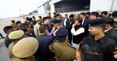 समाजवादी पार्टी के अध्यक्ष अखिलेश यादव को प्रयागराज जाने से रोके जाने को लेकर सियासत गरमा गई है।
