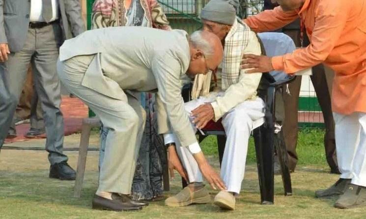 राष्ट्रपति कोविंद ने अपने गुरुओं के पैर छूकर आशीर्वाद भी लिया।