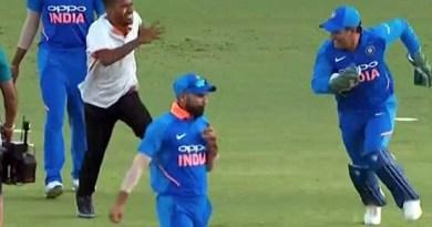 नागपुर वनडे में महेंद्र सिंह धोनी का एक प्रशंक मैदान में आ गया और उन्हें गले लगाने की कोशिश की।