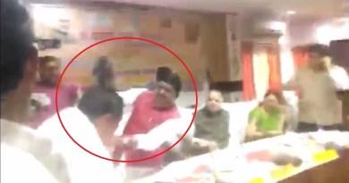 संतकबीरनगर मेंं बीजेपी सांसद शरद त्रिपाठी ने एक मीटिंग के दौरान बीजेपी के ही विधायक बघेल को जूतों से पीट दिया।