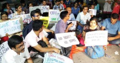 पश्चिम बंगाल में डॉक्टरों की पिटाई का मामला शांत होता दिखाई नहीं दे रहा है। अस्पतालों में चल रही डॉक्टरों की हड़ताल पांचवे दिन भा जारी है।