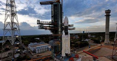 भारत के बहुत बड़े मिशन चंद्रयान-2 की लॉन्चिंग को रोक दिया गया है। उड़ान भरने के तय वक्त से 56 मिनट 24 सेंकड पहले काउंटडाउन बंद कर दिया गया।