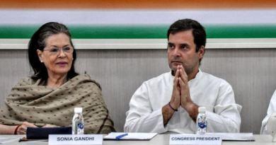 कांग्रेस नेताओं के साथ कार्यकर्ताओं के लाख मनाने के बावजूद राहुल गांधी ने पार्टी के अध्यक्ष पद से इस्तीफा दे दिया है।
