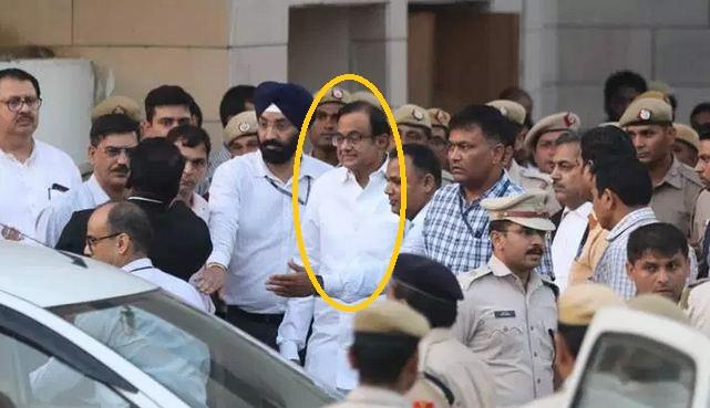 INX मीडिया केस में गिरफ्तार हुए पूर्व गृहमंत्री पी चिदंबरम को गुरुवार को स्पेशल कोर्ट ने 5 दिन की CBI की रिमांड में भेज दिया।