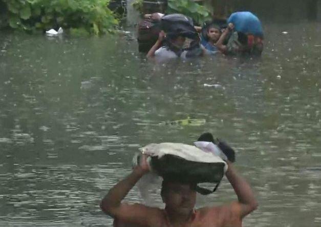 बिहार में लगातार हो रही बारिश के बाद राजधानी पटना में बाढ़ जैसे हालात हैं।