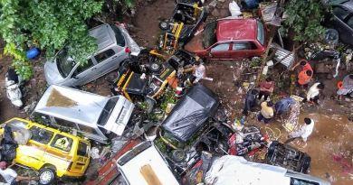 महाराष्ट्र के कई शहरों में लगातार हो रही बारिश की वजह से भयंकर बाढ़ आ गई है। पुणे और जलगांव में बारिश की वजह से भारी तबाही हुई है।