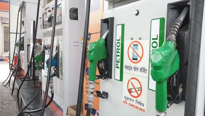 देश में पेट्रोल-डीजल की कीमतों में आग लगी है। दोनों की कीमतों के बढ़ने का सिलसिला जारी है। सातवें दिन भी पेट्रोल-डीजल की कीमतों में इजाफा हुआ।