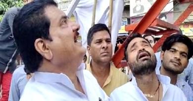 गांधी की प्रतिमा के सामने रोए सपा नेता