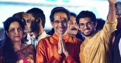 महाराष्ट्र में नई सरकार का गठन हो गया है। मुंबई के शिवाजी पार्क में उद्धव ठाकरे ने मराठी भाषा में महाराष्ट्र के सीएम पद की शपथ ली। वह ठाकरे परिवार से पहले मुख्यमंत्री हैं।