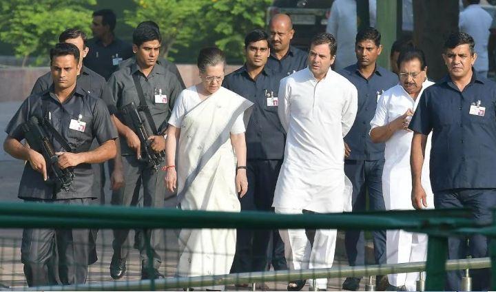 पूर्व प्रधानमंत्री इंदिरा गांधी और राजीव गांधी के प्रधानमंत्री रहते हुए हत्या कर दी गई थी।