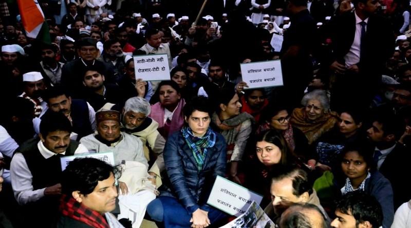 नागरिकता संशोधन कानून के विरोध के दौरान जामिया के छात्रों के साथ दिल्ली पुलिस की बर्बरता के खिलाफ पूरे देश में विरोध हो रहा है।
