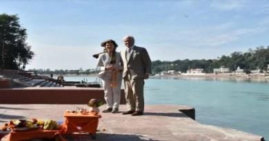 स्वीडन के राजा कार्ल गुस्ताफ अपनी पत्नी सेल्विया के साथ उत्तराखंड दौरे पर हैं। राजा और रानी ने गुरुवार को ऋषिकेश के मुनिकीरेती पहुंचे।