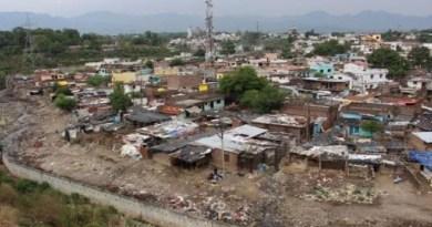 उत्तराखंड की राजधानी देहरादून में 1300 मकानों पर तलवार लटकने लगी है। ये वो मकान हैं, जो नदी किनारे बने हुए हैं।