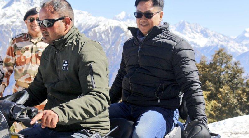 उत्तराखंड के औली में अपने दौरे के दूसरे दिन रविवार को केंद्रीय खेल राज्य मंत्री किरण रिजिजू ने आटीबीपी के जवानों के साथ सैर की।