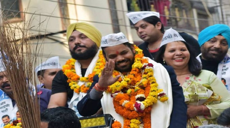ल्ली विधानसभा चुनाव में आम आदमी पार्टी को प्रचंड जीत मिली है। 70 में से 62 सीटों पर पार्टी ने जीत दर्ज की। जबकि 8 सीटों पर बीजेपी ने जीत दर्ज की है।