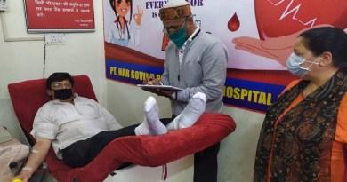 कोरोना महामारी के बीच अस्पतालों में खून की कमी ना हो इसे लेकर उत्तराखंड के अल्मोड़ा में पूर्व विधायक मनोज तिवारी ने शनिवार को रक्तदान किया।