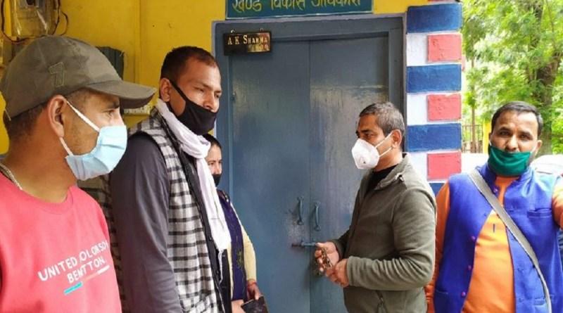 उत्तराखंड की त्रिवेंद्र सिंह रावत सरकार की तरफस क्षेत्र पंचायत और जिला पंचायत के 15वें वित्त आयोग की स्वीकृत धनराशि में 20 फीसदी की कटौती करने पर पंचायत सदस्यों ने नाराजगी जताई है।