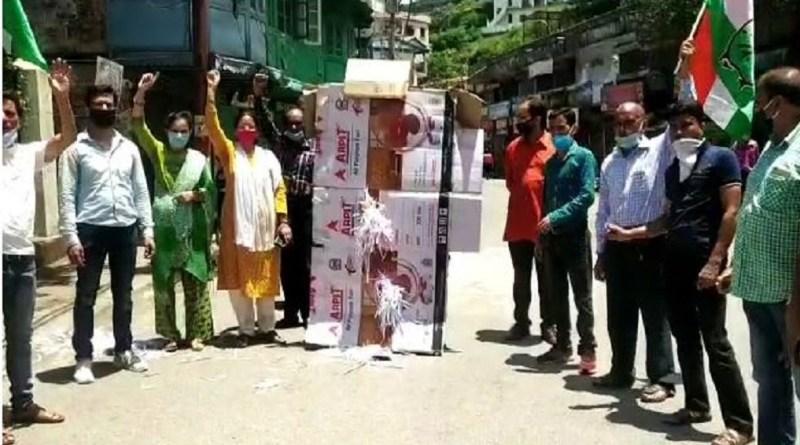 उत्तराखंड बीजेपी अध्यक्ष बंशीधर भगत के बयान के खिलाफ कांग्रेस ने हल्ला-बोल रखा है। कई शहरों में कांग्रेस कार्यकर्ताओं ने बीजेपी प्रदेश अध्यक्ष के खिलाफ प्रदर्शन किया।