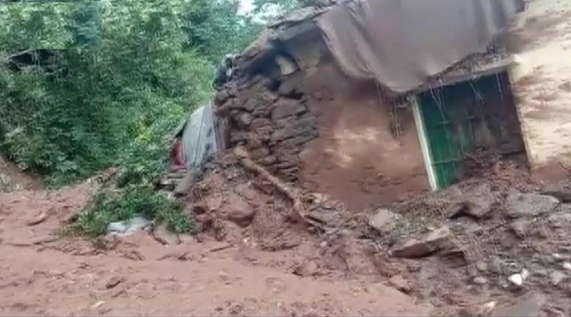 उत्तराखंड में आसमान से बरस रही आफत ने कोहराम मचा रखा है। पहाड़ों में हो रही लगातार बारिश लोगों के लिए मुश्किलें खड़ी कर रहा है। भूस्खलन से लोगों की जान जा रही है।