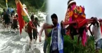 वीडियो: जय मां नंदा देवी! आपदा पर आस्था भारी, जान जोखिम में डाल मां की डोली को नदी पार कराते दिखे श्रद्धालु