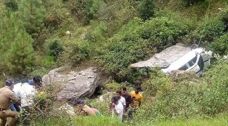 अल्मोड़ा से दुखद खबर, गहरी खाई में गिरी अनियंत्रित कार, 4 लोग हुए घायल, दो की हालत गंभीर