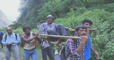 चमोली से बेचैन करने वाली तस्वीर! बीमार को कंधे पर लादकर 8 किलोमीटर पैदल चले ग्रामीण, तब पहुंचे अस्पताल